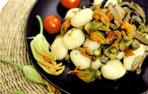 gnocchi con fiori di zucca gnocchi di patate ai funghi e fiori di zucca rosso fragola