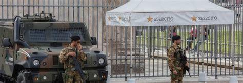 gazebi bianchi roma gazebo bianchi per i militari contro la calura