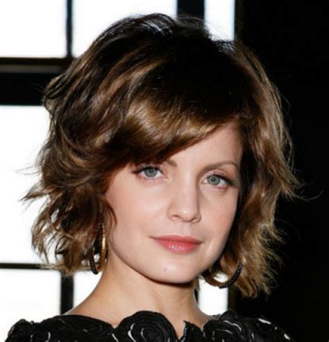 hairstyles to the side for medium hair medium short hairstyle with wavy layers and long side bang