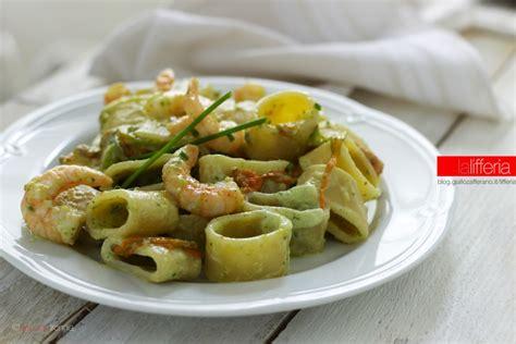 gamberi e fiori di zucca calamarata con gamberi fiori di zucca e zucchine