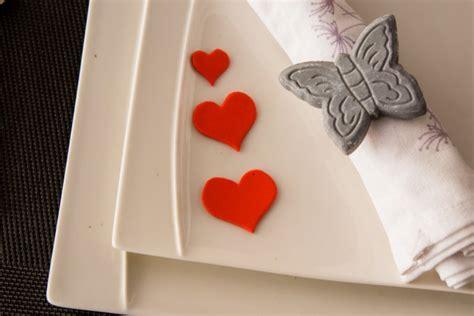 apparecchiare la tavola a san valentino come decorare tavola a san valentino donnad