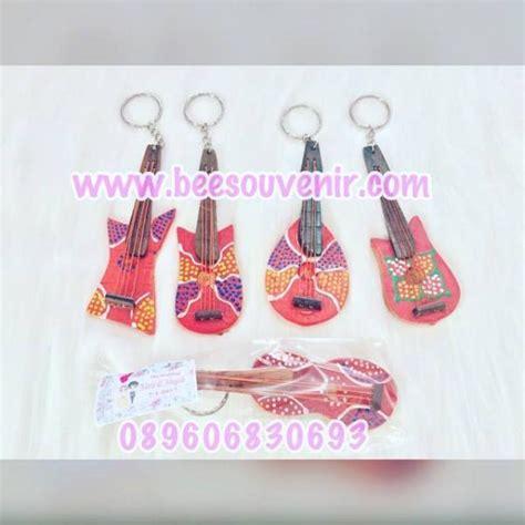 Souvenir Pernikahan Gantungan Kunci Guitar souvenir pernikahan gantungan kunci gitar totol