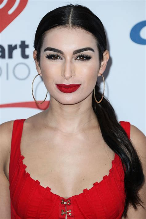 Ashley Iaconetti ? Jingle Ball 2017 in Inglewood