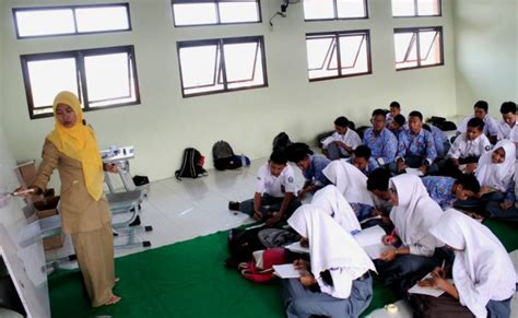 Meja Belajar Siswa peralihan wewenang bikin siswa sekolah belajar sambil lesehan