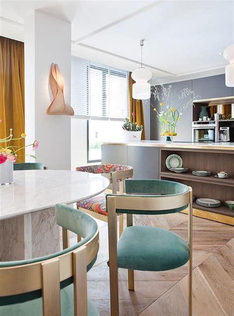 una cocina abierta al comedor llena de estilo  stylish