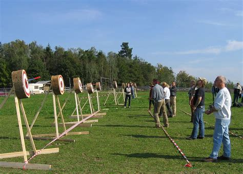 file knife throwing competition jpg wikimedia commons