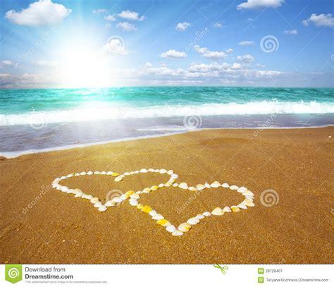 imagenes de corazones en la playa corazones conectados en la playa concepto del amor