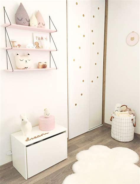 etagere chambre bebe chambre b 233 b 233 douce une 233 tag 232 re des peluches gouttes un coussin chat et des pois dor 233 s