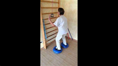 cuscini propriocettivi esercizio squat in instabilit 224 su cuscini presso