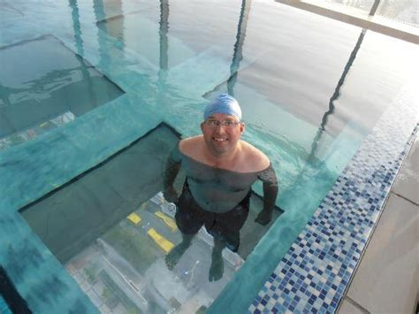 glass bottom pool 天空のプール picture of holiday inn shanghai pudong kangqiao