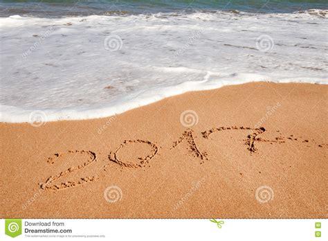 imagenes de feliz navidad en la playa feliz a 241 o nuevo 2017 en la playa foto de archivo imagen