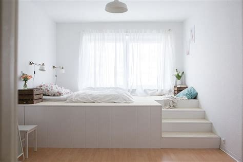 gestell hinter bett pin iype auf bedroom podest