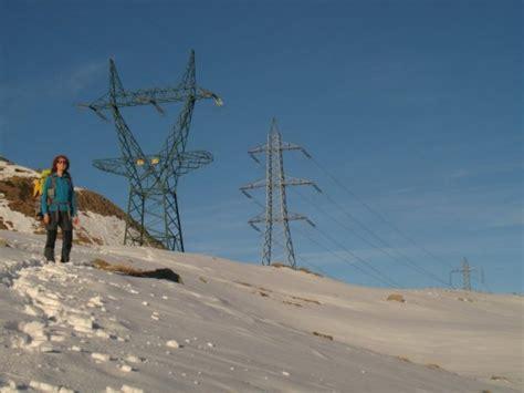 tralicci alta tensione vicino abitazioni italia svizzera l elettrodotto deturpa le alpi