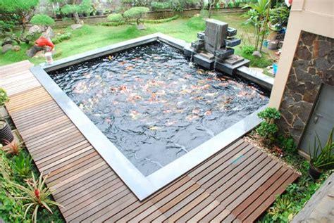 Serum Ponds Yang Kecil taman dalam rumah membena sebuah kolam ikan bepancuran air