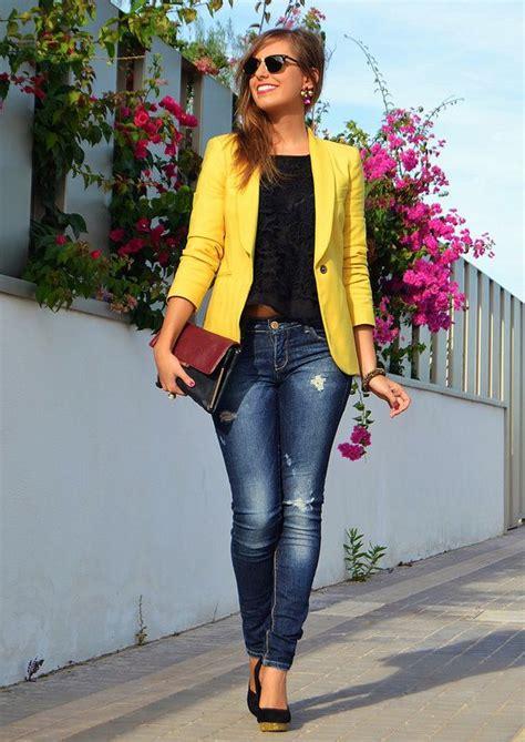 De Moda Blazer Azul Marino Camisa De Vestir Blanca Pantalon De | un polo oscuro con un jean rasgado y el blazer amarillo