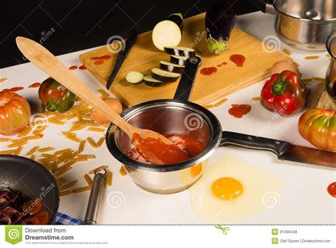 imagenes libres cocina tabla de cocina desordenada fotos de archivo libres de
