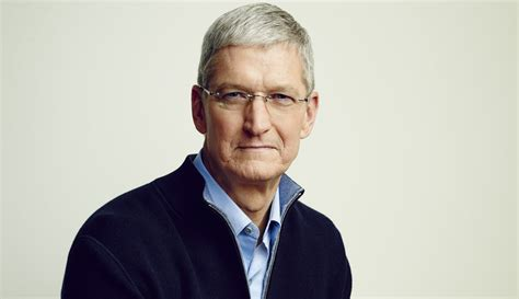 apple executives apple ceo tim cook takes a swipe at google in new privacy