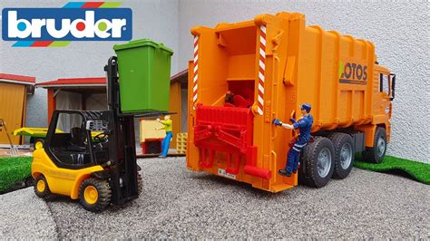 bruder garbage truck bruder toys garbage truck at work youtube