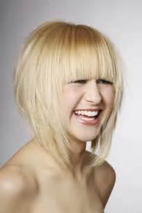 bob frisuren stufig blond kurz und glatt