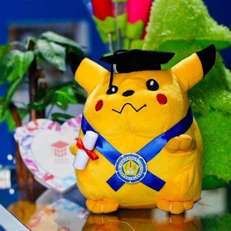 Boneka Pikachu L kado wisudaku