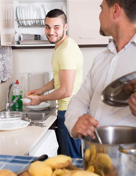 uomini cucinano due uomini cucinano a casa fotografia stock immagine