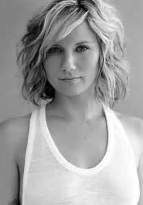 what tyoe of haircut most complimenta a square jawline most charming medium hairstyles for women medium wavy