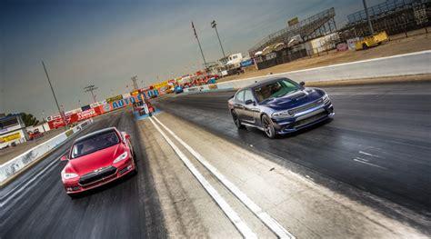 Tesla S Drag Race Tesla Model S δοκιμάζεται σε αγώνα Dragster και σπάει τα