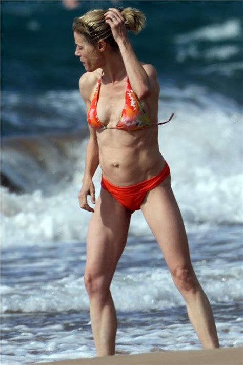 julie bowen measurements height weight bra size body julie bowen in a bikini hollywood moms skinny vs curvy
