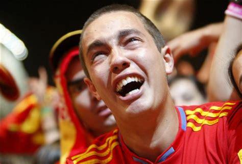 imagenes llorando de alegria un joven llora de alegr 237 a tras la victoria de espa 241 a ante