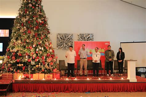 christmas lighting ceremony hotel gm speech midori clark hotel and casino launches 2017 lights up tree iorbitnews