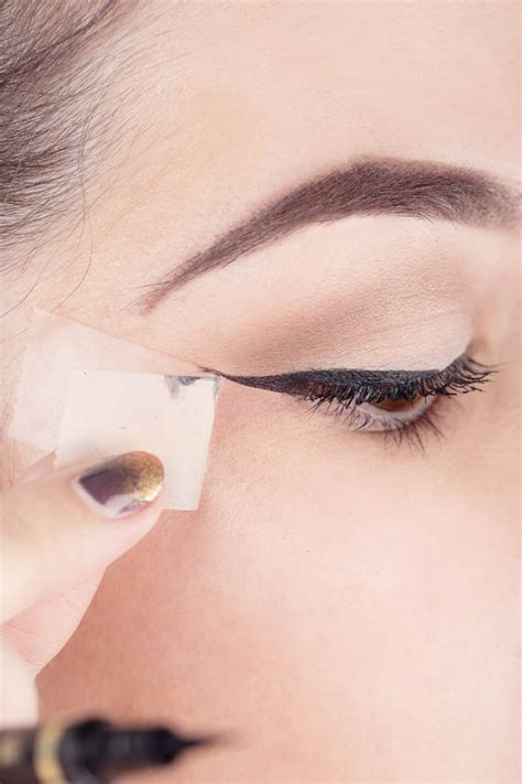 7 Tricks For Applying Eyeliner by Top 7 Tips On How To Apply Liquid Eyeliner Indian Makeup
