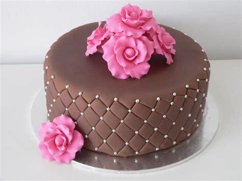 como decorar um bolo pasta americana bolos decorados simples chantili pasta