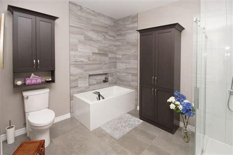 salle de bain avec plancher   murs de bain