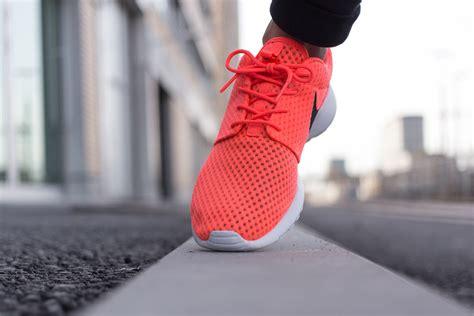Nike Roshe Run Damen Blumen 512 by Nike Roshe Run Damen Blumen Nike Roshe Run Trainers