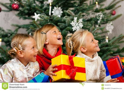 wann fängt weihnachten an weihnachten kinder mit geschenken stockbild bild 16420379