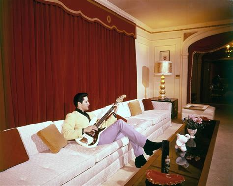 inside elvis bedroom rarely seen photographs of elvis presley from between the