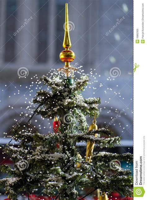 schneiender weihnachtsbaum reizender schneiender weihnachtsbaum lizenzfreies