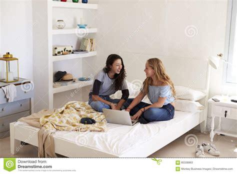 ragazze sul letto due ragazze si siedono sul letto foto stock