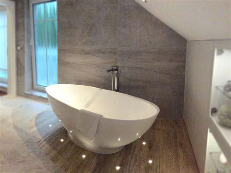 moderne badezimmer bilder freistehende mineralguss