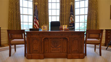 oval office desk preview of the george w bush presidential library and