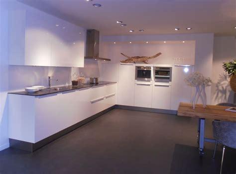 witte hoogglans hoekkeuken showroomkeukens alle showroomkeuken aanbiedingen uit