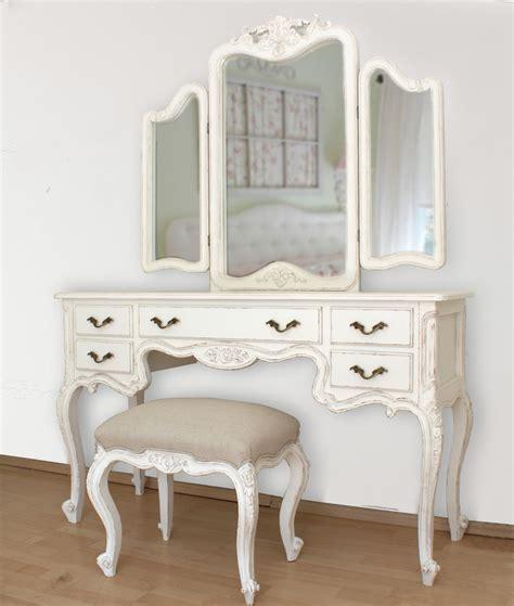 tocador vintage tres espejos tallado en cedro con taburete