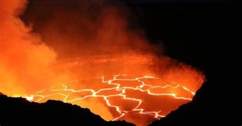 lade di lava kilauea shows captures gurgling lava at hawaiian