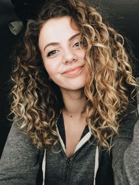 Hairstyles To Do With Curly Hair by Best 25 Naturally Curly Haircuts Ideas On
