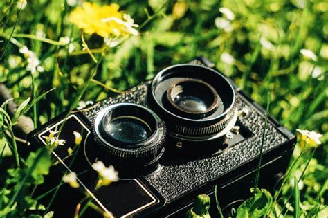 camara foto antigua c 225 mara antigua sobre la hierba descargar fotos premium