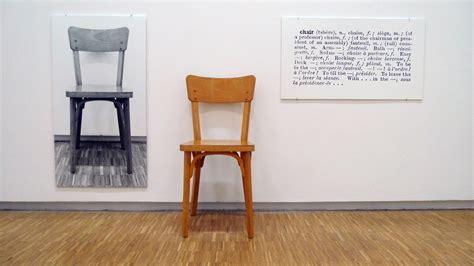 three chair bench joseph kosuth c era un cartello giallo con una scritta nera