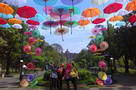 Tongsis Warna Warni payung warna warni meneduhkan spot selfie terbaru di kompleks candi borobudur yukepo