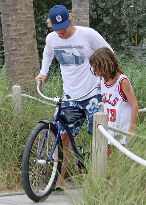 Owen Wilson Bikes To Clubs by Owen Wilson On A Bicycle Zimbio