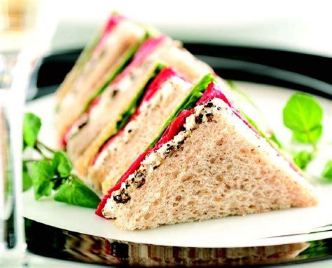 is a a sandwich sandwiches y perritos calientes