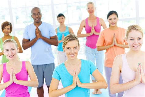 tutorial de grupo yoga grupo de gente multi 233 tnica feliz en una clase de la yoga